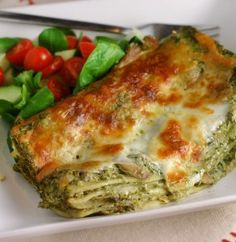 Green Lasagna w/ Spinach & Mushroom. Green lasagna with spinach and mushrooms. Reduced in size so it's a perfectly portioned dinner for people. Spinach Stuffed Mushrooms, Stuffed Peppers, Healthy Foods To Eat, Healthy Eating, Spinach Lasagna, Vegetable Lasagne, Mushroom Lasagna, Veggie Lasagna, Vegetarian Recipes