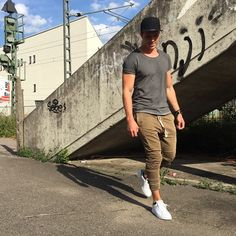 Best Outfits For Men With Jogger Pants, Find out what are different forms of pants available to provide you maximum comfort and fashion. Jogger pants can best be used with a casual appearanc. Best Mens Joggers, Jogger Pants Outfit, Fashion Joggers, Men Style Tips, Fashion Lookbook, Adidas Stan Smith, Look Cool, Mens Fashion, Fashion Tips