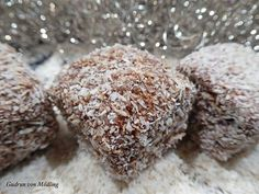 Chocolate and coconut cubes - Gudrun from Mödling. Easy Smoothie Recipes, Easy Smoothies, Cinnamon Cream Cheese Frosting, Cinnamon Cream Cheeses, Purple Drinks, Coconut Smoothie, Small Desserts, Pumpkin Spice Cupcakes, Coconut Recipes