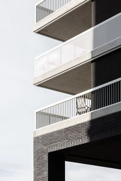 With a residential and business project on the premises of the former Northern Railway Station, AllesWirdGut laid a foundation stone in one of Vienna's most exciting urban development areas.      #facade #fassade #fassadengestaltung #fassadendetail #architekturdetail #gestaltungsdetail #brüstungsdetail #breastwork #breastworkdetail #design #architectural #architecture #brickfacade #brickfacadedetail #eckdetail #cornerdetail #geländerdetail #geländer #railing #railingdetail Contemporary Architecture, Architecture Details, Keep The Lights On, Design Guidelines, Brick Facade, Ideal Tools, Affordable Housing, Photo Essay, Urban Design