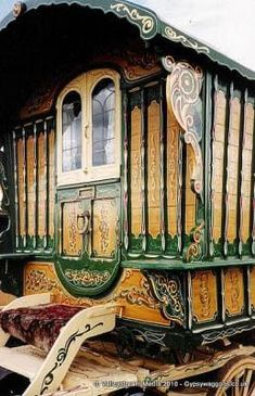 Caravan Gypsy Vardo Wagon: A beautiful example of an early century wagon. Many original vardos display fine wood-grain finishes mixed with color and carvings. Trailer Park, Gypsy Trailer, Gypsy Caravan, Gypsy Wagon, Bohemian Gypsy, Gypsy Style, Hippie Style, Gypsy Home, Gypsy Living