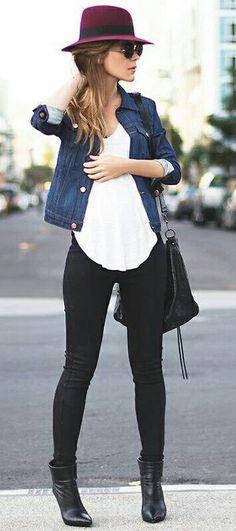 Jeans negros + botines negros + polera blanca + chaqueta de jeans + sombrero burdeo