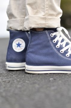 Converse and khakis converse all star, navy converse, converse haute, outfi Converse Outfits, Converse All Star, Navy Converse, Converse Style, Converse Sneakers, Converse High, Converse Chuck, Cute Shoes, Me Too Shoes