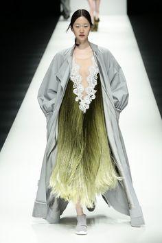 BST mới của NTK Công Trí tại Tokyo Fashion Week: Trước cái đẹp, bạn chỉ còn biết Wow lên một tiếng!!! - Ảnh 1.