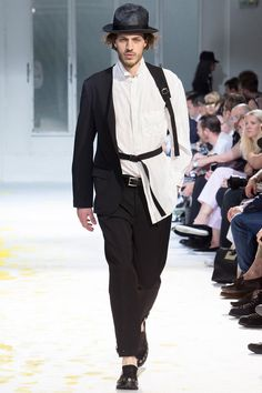 See all the Collection photos from Yohji Yamamoto Spring/Summer 2015 Menswear now on British Vogue Fashion Brands, Fashion Show, Mens Fashion, Fashion Outfits, Stylish Men, Stylish Outfits, Cool Outfits, Vogue Paris, Yoji Yamamoto