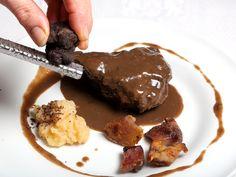 Carrillera de ternera confitada, morro crujiente y manzana con lluvia de trufa en El Patio de Goya
