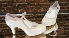 Modelo de novia en blanco roto y rosa.