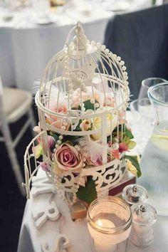 déco de table mariage originale: cage à oiseaux, fleurs, plumes et perles