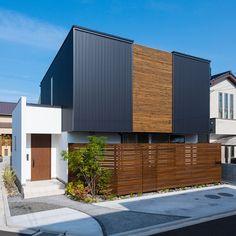 .  格子がパッと目を引く外観。  板塀と玄関の木目と合わせて  色の分量に気を配っています。  .  駐車場のコンクリート部分は  円を描いて柔らかい印象に。  お庭と家で全体のバランスを合せています。  #外観#ファサード#ガルバリウム#黒#縦張り#塗り壁#白#板塀#格子#檜#コンクリート#外構#庭木#シンボルツリー#自分らしい暮らし #デザイナーズ住宅 #注文住宅新築 #設計士と直接話せる #設計士とつくる家 #コラボハウス #インテリア #愛媛 #香川 #新築 #注文住宅