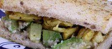 Vu que des fois le temps presse surtout entre midi et 14h..voici un SANDWICH POULET AVOCAT rempli de bienfait et assez light 1/2 c. à s. de jus de citron vert 1 c. à t. dhuile dolive 12 oignon rouge très finement émincé 1 avocat 1 trait de Tabasco 2 tranches de pain de mie complet 2 c. à s. de humus 2 c. à s. de coriandre finement ciselée 175 g de blancs de poulet cuits émincés 2 tomates coupées en tranches fines 4 c. à s. de pousses de luzerne poivre  Mélangez 2 c. à thé. de jus de citron…