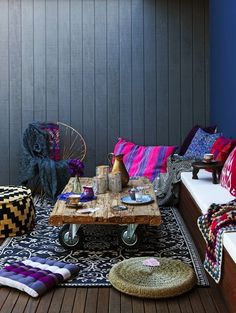 Tons of cool #patterns and #textiles in this #outdoor space.  Loving this look!