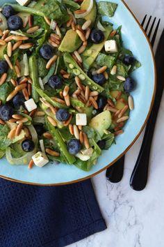 Fennikel. En salat som er spækket med alt det lækre. Blåbær giver sødme, avocado og feta giver fedme, citron gør den syrlig. Sukkerærter og pinjekerner giver sprødhed