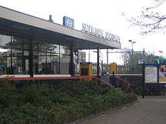 Station #EttenLeur is een spoorwegstation in Etten-Leur en gelegen aan de spoorlijn #Roosendaal - #Breda. Nadat het station in zijn bestaan verschillende malen is geopend en gesloten werd het station definitief heropend op 30 mei 1965.