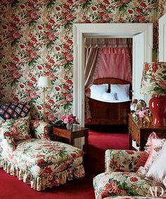 Italian Estate on the top floor, the suite belonging to Marella Agnelli is embellished with a lively floral pattern.