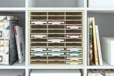 Ikeas Kallax Regal eröffnet dir unendliche Gestaltungsmöglichkeiten. Entdecke jetzt unsere cleveren Ergänzungsprodukte, wie CD- und Flascheneinsätze. Billy Regal, Ikea Kallax Regal, Swedish Design, Shelving, Bookcase, Ikea Hacks, Closet, Castle, Home Decor