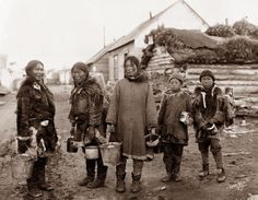 Amazing Vintage Photographs Capture Everyday Life of Eskimo People From the Early Century Diomede Islands, Inuit Clothing, Gulf Of Alaska, Siberia Russia, Native American Photos, Animal Bones, Snow Skiing, Big Family, First Nations