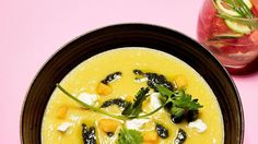 Meloengazpacho met geitenkaas en korianderolie