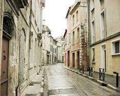 """Provence Frankreich Fotografie - neutrale Architektur Kunst - französische Dekor - Creme-weiß-grau - große Wandkunst """"La Rue Grise"""""""