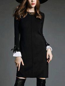 Стильное черное платье с контрастным рукавом-воланом.
