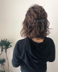 Short White Hair, Long Gray Hair, Short Wavy Hair, Medium Hair Styles, Curly Hair Styles, Short Hair Hacks, Hair Arrange, Green Hair, Lilac Hair