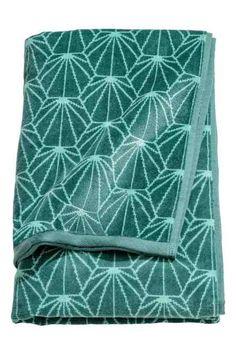 Coș de rufe din poliester gros cu imprimeu, cu două mânere în partea de sus și cu înveliș de plastic la interior. Diametru: 34 cm. Înălțime: 52 cm.