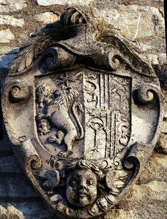 Armi dei Petra e Filonardi sul portale del castello di Vastogirardi. ©F Valente.