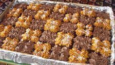FLOPVRY MARKDAG SJOKOLADEPLAATKOEK Arina du Plessis                          Lewer 24 blokkies. Wat ook al ... No Bake Desserts, Delicious Desserts, Yummy Food, Ma Baker, Christmas Biscuits, Bakery Cakes, Sweet Tarts, Creative Cakes, Yummy Cakes