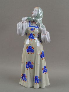 «Плясунья», фарфор, роспись. Дулево, середина XX века, высота — 20,5 см  Цена — 200 у. е.