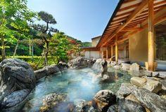 Onsen, japanese garden 立ち上る湯けむりに煌めく翠色