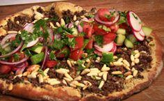 Pizza turca de carne moída com salada                                                                                                                                                                                 Mais