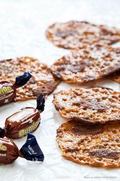 Världens enklaste julbak som är färdigt på bara några minuter! Bjud på detta underbara julgodis till advent, luciafirandet eller vid julklappsleker - se bara till att du hinner smaka! Tips: Testa gärna Dumle med pepparkakssmak för en ännu juligare känsla! #dumle #flarn #kaka #julgodis #baka #jul #advent #glögg Candy Drinks, Dessert Drinks, Swedish Recipes, Sweet Recipes, Christmas Desserts, Christmas Baking, Candy Recipes, Dessert Recipes, Just Bake