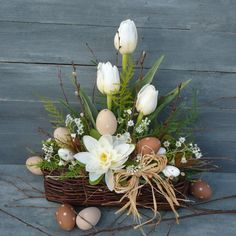 Centerpieces, Table Decorations, Spring Is Coming, Easter Table, Ikebana, Easter Crafts, Spring Flowers, Flower Arrangements, Diy And Crafts