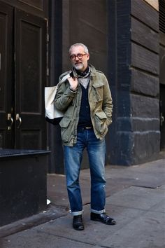 How to Wear a Military Jacket For Men looks & outfits) Grunge Goth, Hipster Grunge, Look Fashion, Winter Fashion, Mature Mens Fashion, Street Style Vintage, Olive Jacket, Over The Top, Looks Style