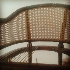 E a Arte começa com simples paralelas... #cadeira #palhinha #craftsman #artesano #artwork #silla #rejilla #restore #caning #canespotting #chair #chaircaning #vintage #decor #decorate #decoração #homedecor #instagram #interiordecor #bomdia #bomdiaaa #bomdiaa #bonjour #buongiorno #buendia #goodmorning #follow4follow #furniture