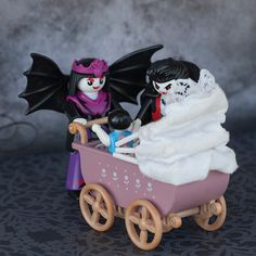 #PLAYMOWEEN offspring - photo created by Nicola Buck @playmobil.co | #PLAYMOBIL #toys #figure #figures #fun #toys #Halloween #vampire #dracula #family #offspring #child #baby #mother #father #ShareTheSmile