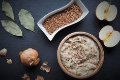 Przepis na zdrowszą alternatywę - wegański smalec z fasoli i oleju kokosowego z dodatkiem jabłka, nasion chia oraz kaszy gryczanej. Przepyszny!