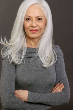 silver hair Joan Saunders represented by Bella Agency Long Gray Hair, Grey Wig, Silver Grey Hair, Silver Haired Beauties, Color Rubio, Pelo Natural, Natural White Hair, Natural Hair Styles, Long Hair Styles