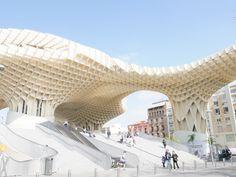 Metropol Parasol In Sevilla. Ein toller Rundweg auf dieser Holzkonstruktion. Eine perfekte Andalusien Rundreise: zwischen Abenteuer und Kultur. Naturrundreisen.