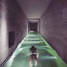 "984 Likes, 25 Comments - Fashionisima.es (@fashionisima) on Instagram: ""Cambio el metro por este pasillo interminable #infinitypool  A trabajar! #FelizMartes #pool…"""