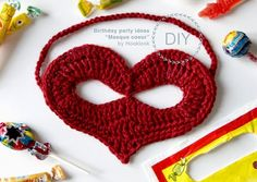 HookLook: Masque ♥ au crochet: Heart Mask - Free crochet pattern in French with a crochet chart on the pdf.