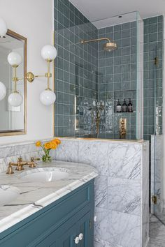 This London Townhouse Renovation Effortlessly Marries British and California Styles Green Kitchen Inspiration, Bathroom Inspiration, Interior Inspiration, Blue And White Wallpaper, Hotel Sheets, Kitchen Island Bar, London Townhouse, London Apartment, Apartment Ideas