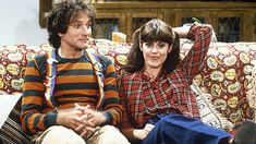 Mork & Mindy Online is devoted to the tv show, Mork and Mindy. Robin Williams and Pam Dawber starred in Mork and Mindy. Robin Williams Frases, Robin Williams Movies, Mork & Mindy, Hollywood, Old Tv Shows, My Childhood Memories, Sweet Memories, Classic Tv, The Good Old Days