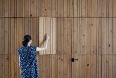 Стеклянный оптический Дом (Optical Glass House) в Японии от NAP Architects. Этот современный частный дом построен в центральной части Хиросимы, между многоэтажными зданиями на оживлённой и шумной улице. Его главной особенностью стал трёхэтажный фасад, выполненный из специально изготовленных стеклянных кирпичей, выполняющих роль шумозащитного экрана, но достаточно прозрачного, чтобы обеспечить комфортное освещение в расположенном за ним дворе с садом и бассейном. Двор получился достаточно…