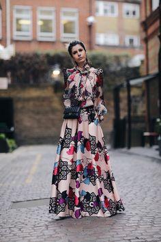 Look Carol Tognon: conjunto  de saia longa exclusiva e camisa estampadas e coloridas, muito sofisticado e cheio de tendência!