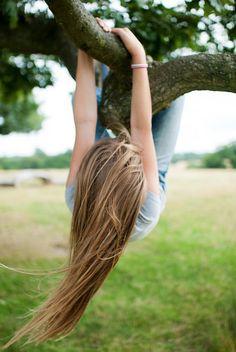 Me gusta escalar los árboles. Es mi cosa favorita hacer cuando mis padres quieren mis hermanos y yo a jugar fuera y cuando nosotros no estamos trabajando. Me encanta escalar los árboles de manzanas y me gusta sentir el corteza de los árboles en mi pies desnudos y sentir el viento amable a través de mi pelo moreno. Mi favorito tiempo del año es otoño porque hay muchas manzanas y calabazas. En la granja, tenemos las manzanas verdes y rojos, y calabazas naranjas y blancas.