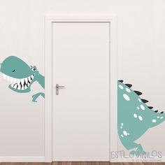 Este dinosaurio, es un simpático amigo de estilovinilos para los simpatizantes de estos amigos prehistóricos. PEDILO CORTADO (modelo puerta) o ENTERO (modelo placard) y pegalo donde gustes.