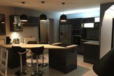 {Cuisine client} Grande cuisine foncée mise en valeur par l'éclairage des meubles ! Conception : SoCoo'c Brive-la-Gaillarde #cuisine #cuisineéquipée #foncé #noir #boir #éclairage