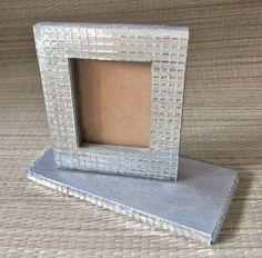 Porta retrato em mdf, com mosaico em espelhos, medindo 20x20cm.