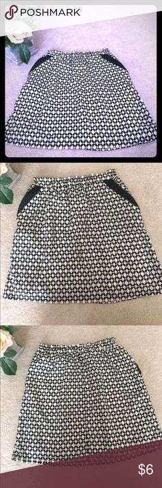 Black & White patterned elastic waist skirt Super cute Black & White pattern skirt with elastic waist. Great for work or night out!! Size medium. Offers welcomed!! Skirts Mini