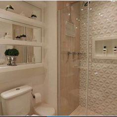 ✨Banheiro lindo com nichos espelhados, revestimento 3D no box e porcelanato amadeirado! por Monise Rosa Arq. @construindominhacasaclean veja mais no #blog #construindominhacasaclean #banheiro #bath...